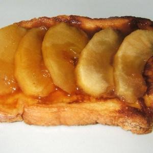 Brioche dorée aux pommes caramélisées