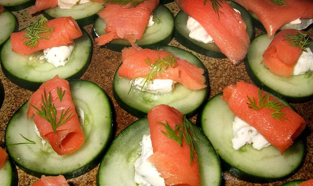 Canap s de crevettes sur concombre for Canape saumon fume