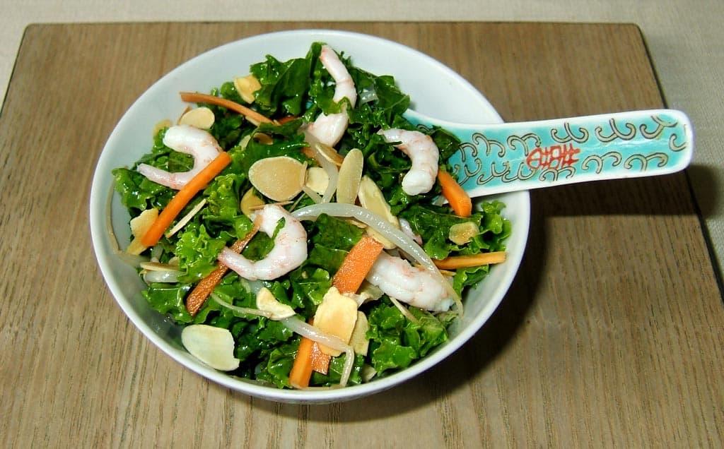 salade asiatique au kale et aux crevettes ma cuisine sant. Black Bedroom Furniture Sets. Home Design Ideas