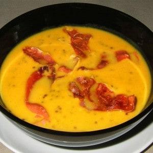 Soupe de patate douce au quinoa rouge et chips de Serrano