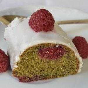 Gâteau au thé matcha et aux framboises