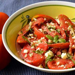 Salade de tomates, feta et basilic