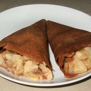 Cornets de crêpes au chocolat fourrées de compotée de poires