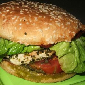 Burger de poulet à la méditerranéenne