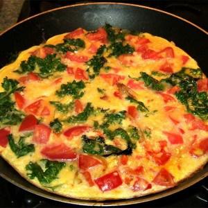 Omelette au kale et aux tomates