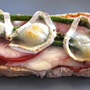 Tartine aux asperges vertes et au fromage de chèvre