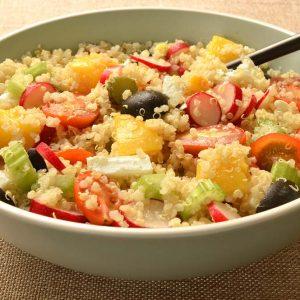 Salade de quinoa aux pêches et légumes
