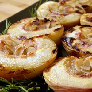Pêches rôties au miel, romarin et amandes