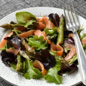 Salade mélangées aux asperges vertes et  truite fumée.