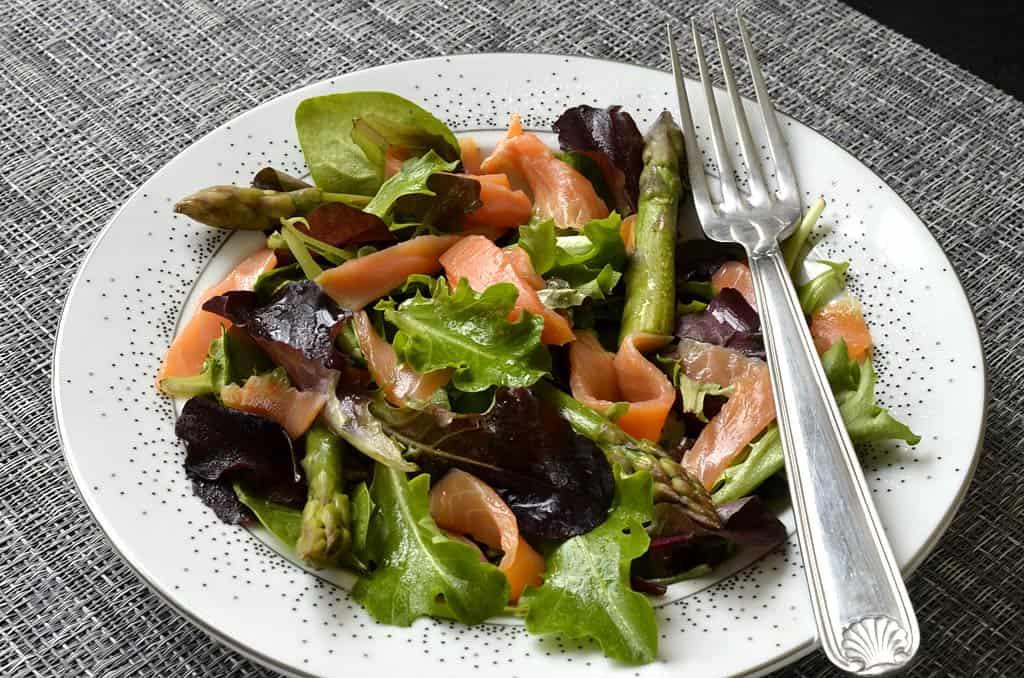 salade m lang es aux asperges vertes et truite fum e ma cuisine sant. Black Bedroom Furniture Sets. Home Design Ideas