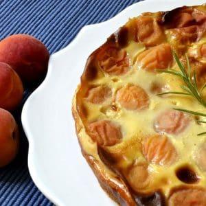 Clafoutis aux abricots, miel et romarin