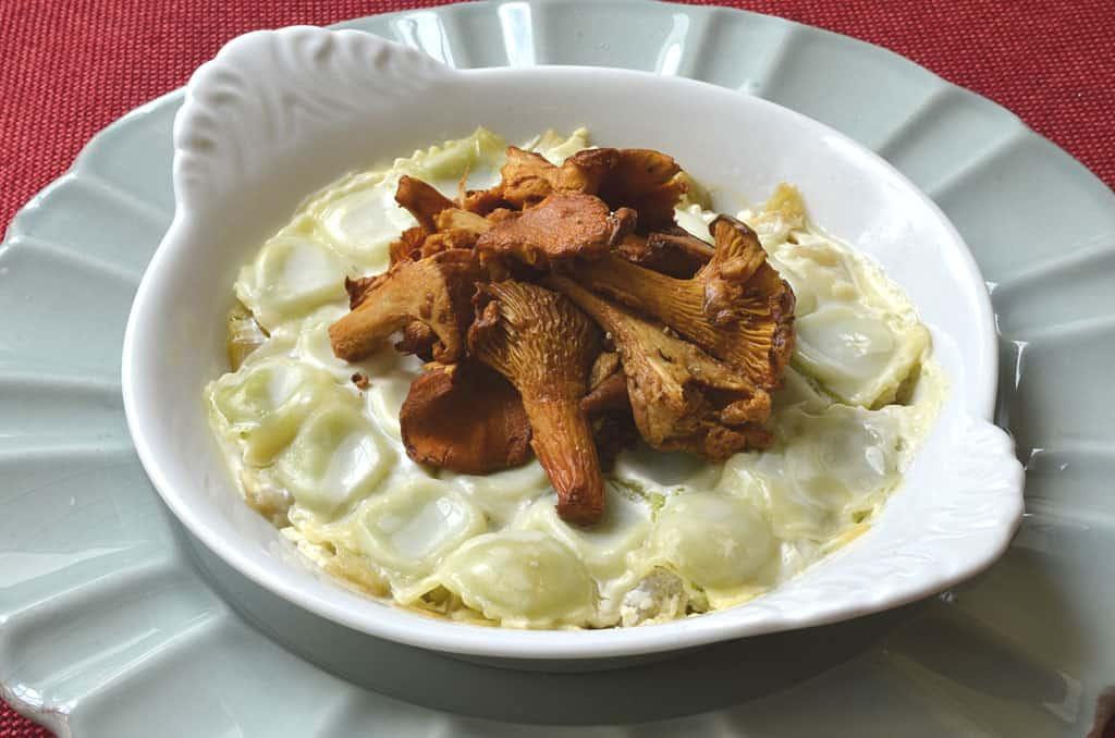 Gratin de ravioles à la fondue de poireau et girolles