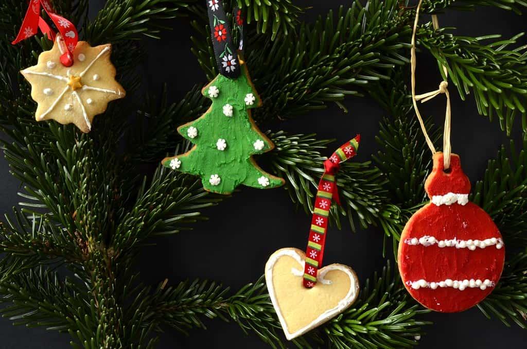 Faire des sablés de Noël à suspendre dans le sapin