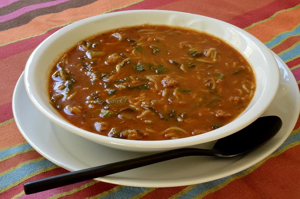Soupe de tomate aux vermicelles et protéines texturées
